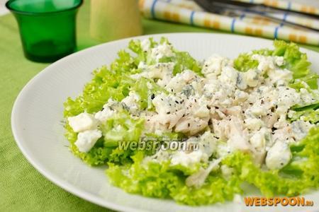 Зелёный салат с курицей и голубым сыром