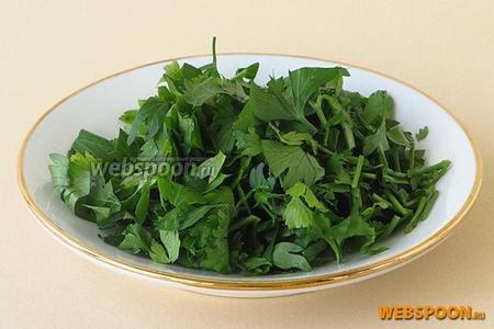 Зелень петрушки тщательно вымыть в проточной воде, обсушить и мелко нарезать.