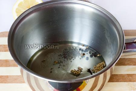 Нагреваем рафинированное подсолнечное масло, бросаем в него соль и специи (гвоздику, кориандр, зёрна чёрной горчицы и чёрный перец горошком), слегка прогреваем и снимаем с огня.