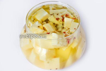 Даём маслу полностью остыть и ставим банку с маринованным сыром в холодильник минимум на сутки. Подаём сыр в качестве закуски, или используем для приготовления салатов или пиццы.