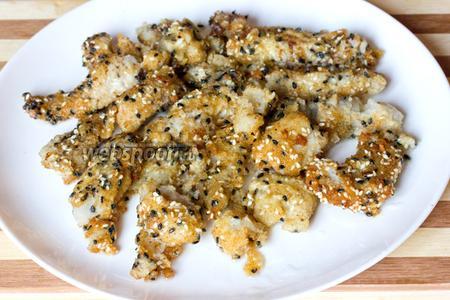 Выкладываем на широкое плоское блюдо и подаём в горячем или холодном виде.