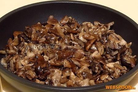 Грибы выложить на сковороду с разогретым растительным маслом и обжарить.