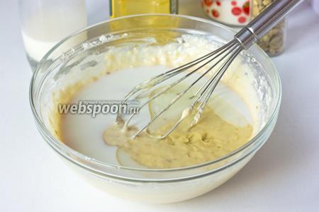 Вливаем подсолненчое рафинированное масло, ещё немного молока и вымешиваем венчиком.
