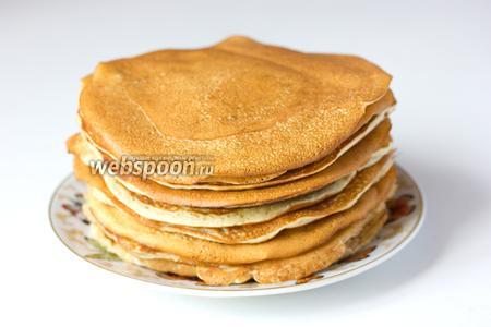 Жарим блины небольшого диаметра привычным способом. Подаём на завтрак или десерт со сладким соусом, сгущённым молоком или просто посыпав сахарной пудрой.