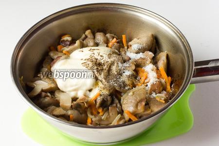 Также добавляем специи: соль, чёрный свежемолотый перец, тмин. Перемешиваем всё, накрываем крышкой и тушим ещё 10 минут на медленном огне. При необходимости можно добавить овощной бульон или воду.