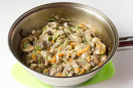 Перемешиваем, прогреваем на медленном огне пару минут и отставляем. Подавать маслята в сметане в горячем виде как самостоятельное блюдо или в дополнение к картофельному пюре.