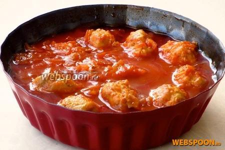 Тефтели потушить на слабом огне до мягкости огурцов. Блюдо подать с картофельным пюре или отварными макаронными изделиями.