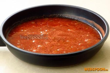 Смешать лук с томатным соком и пивом, посолить по вкусу и вскипятить.