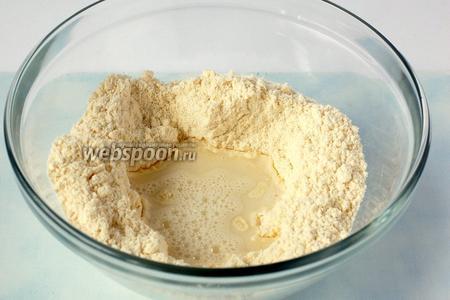 Всыпать соль и влить нагретую до 60 °С воду.