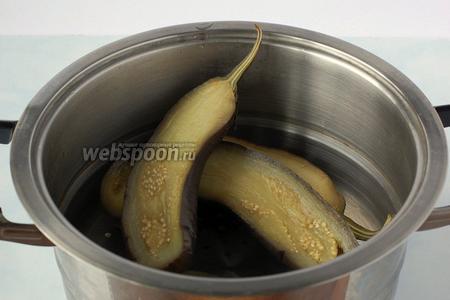 Отварить баклажаны в подсоленной воде 20 минут.