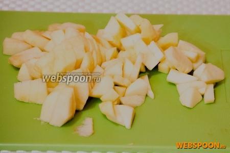 Тем временем почистить яблоки, и нарезать маленькими кубиками.