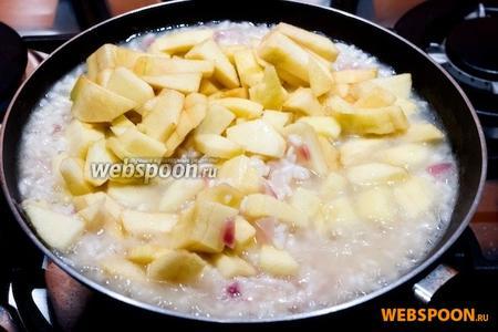 Когда рис будет наполовину готов, добавить нарезанные яблоки. Тушить минут 10, постоянно поддерживая уровень жидкости.