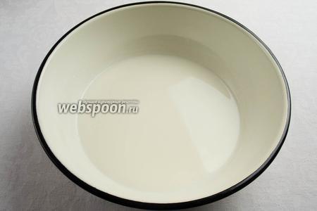Дрожжевую смесь залить молоком.