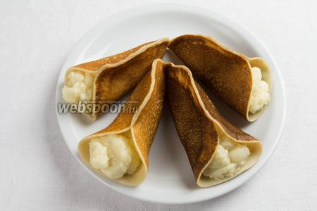 Остывшим кремом заполнить блинчики с открытой стороны. Посыпать молотыми орехами, шоколадом. Подавать на десерт к кофе и чаю.