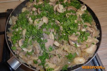 Подаём с салатом из свежих овощей. Лучше прямо в сковороде, в которой жарилось мясо.