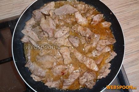 Когда всё мясо обжарено, перемешиваем, добавляем чёрный и красный молотый перец, оставшуюся смесь хмели-сунели, и 6 ст. л. маринада от лука. Жарим всё минут 15-20 на умеренном огне, пока мясо не станет мягким и количество соуса не уменьшиться на половину.