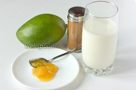 Подготовим все необходимые для приготовления коктейля с манго и корицей ингредиенты: спелый мягкий манго, мёд, молотую корицу и молоко.