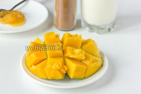 Половину манго нарезаем кубиками, не дорезая до кожуры, выворачиваем — получается такой «ёжик».
