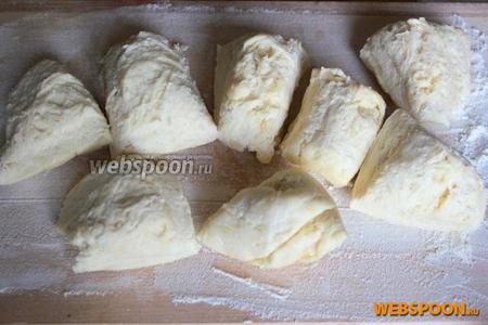 Тесто нарежьте на присыпанной мукой поверхности на 15 одинаковых кусочков.