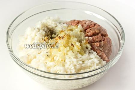 Отвариваем рис в подсоленной воде до полуготовности, сливаем воду и промываем. Репчатый лук (1 шт.) измельчаем и обжариваем в рафинированном подсолнечном масле до золотистого цвета. Соединяем свиной фарш, обжаренный лук, отваренный рис, добавляем соль и чёрный молотый перец по вкусу.