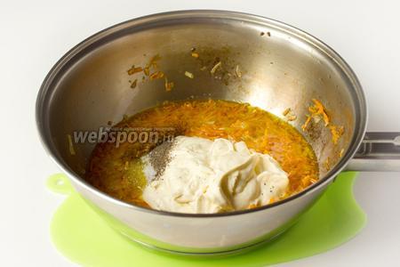 Добавляем сметану, немного соли и чёрного перца. Перемешиваем соус и прогреваем около минуты на слабом огне. Добавляем 5 столовых ложек отвара из капустных листьев.