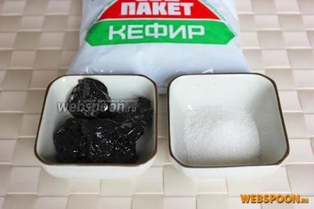 Для приготовления творожка холодным способом, понадобится только кефир в пакете, а для десерта из него - сахар, ванильный сахар по вкусу и чернослив.