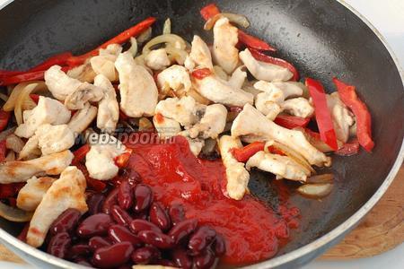 К перцу и луку добавить мясо, фасоль, соус и прогреть 1 минуту. Посолить и поперчить по вкусу.