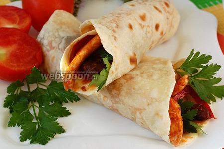 Перед подачей поставить буррито в микроволнвку на 1-2 минуты или в духовку при 180 °С на 5-6 минут для расплавления сыра. Подавать со свежими овощами.