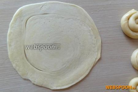 Каждую улиточку раскатываем размером с большое блюдце. Получившаяся лепёшка должна быть не очень тонкой, толщиной 3 мм.