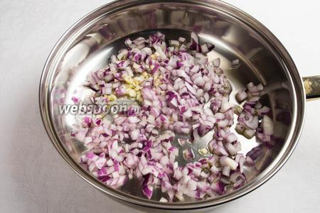 В разогретую сковороду влить 2 ст. л. оливкового масла и пассеровать лук с чесноком в течение 2 минут.