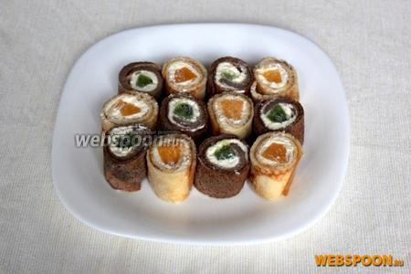 Сладкие роллы готовы, подавайте их с соусами по вкусу.