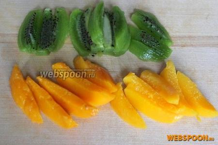Киви очистите от кожуры. Нарежьте киви и персик на дольки — брусочки.
