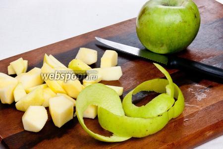 Яблоки очистить от кожуры и сердцевины и нарезать кубиками среднего размера.