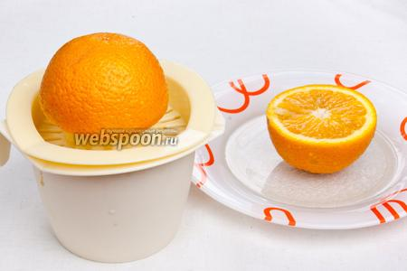 Выжать сок из 1 апельсина и добавить его уже в готовый горячий напиток.