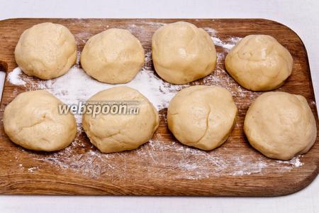Замесить тесто и разделить его на 8 частей, а затем поместить их в морозилку на 20 минут.