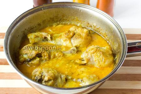 Подаём в готовые голени горячими с рисом, щедро поливая блюдо соусом.