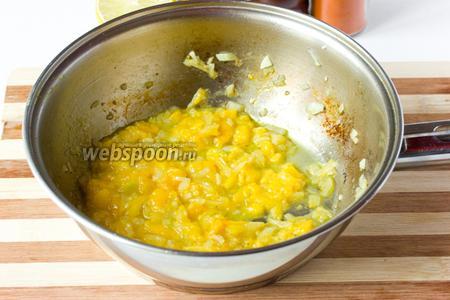 В ту сковороду, где обжаривались голени, выкладываем манго, лук и чеснок. Прогреваем на медленном огне, постоянно помешивая, 5 минут.