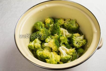 Соцветия брокколи залить кипятком, поставить на огонь, варить в течение 3 минут.