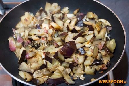 Добавить помидоры и тушить на среднем огне пока не превратятся в пюре. Добавить базилик. Перемолоть с помощью миксера для получения однородного соуса. Цвет соуса зависит от качества помидоров.