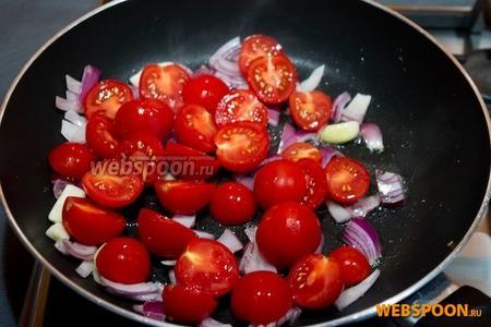 Добавить помидоры и тушить 2-3 минуты.