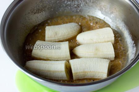 В готовую карамель сразу же выкладываем кусочки бананов.
