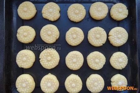 Выложить печенье на противень или форму для выпечки. Смазывать противень ничем не нужно.