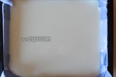 Вылить тесто тонким слоем в форму для запекания или на противень, застеленый фольгой или пекарской бумагой. Кстати, пекарскую бумагу легко можно заменить обычной, только её нужно хорошо пропитать маслом.
