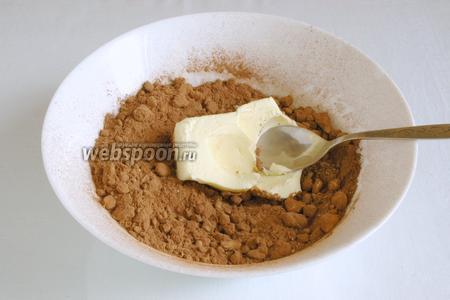 Перемешать, добавить мягкое сливочное масло и постепенно добавлять сгущёнку. Перемешать, чтобы получилась однородная масса.