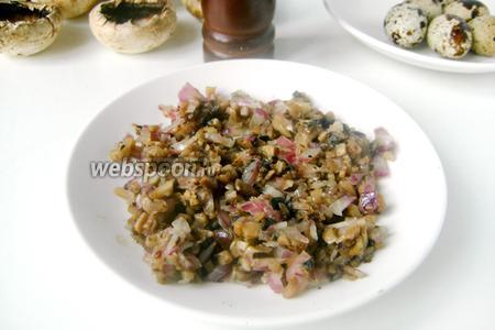 Измельчаем лук, обжариваем его в небольшом количестве оливкового масла, добавляем измельчённые грибы и обжариваем до готовности, посолив и поперчив в процессе обжаривания по своему вкусу.