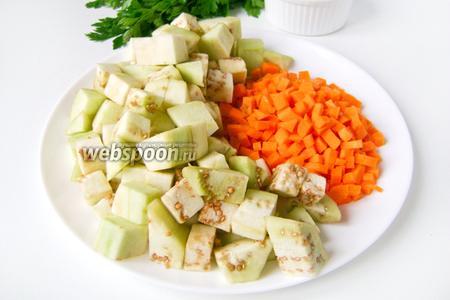 Теперь подготовим остальные ингредиенты. Моем овощи и грибы. Баклажан чистим, нарезаем крупными кубиками, морковь чистим и нарезаем мелкими кубиками.