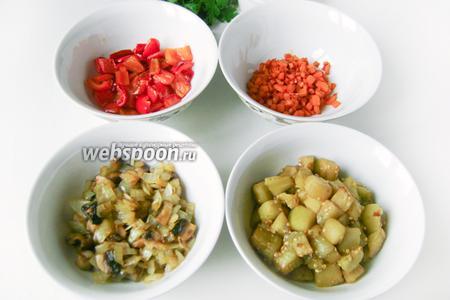 На рафинированном подсолнечном масле обжариваем отдельно перец, морковь, баклажаны, лук с грибами. Баклажаны и грибы с луком в процессе обжаривания нужно слегка посолить.