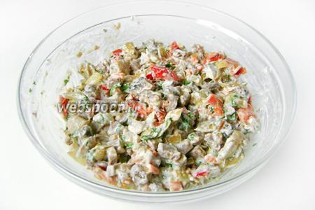 Перемешиваем. Дать салату постоять в холодильнике в течение 30 минут и подавать к столу.