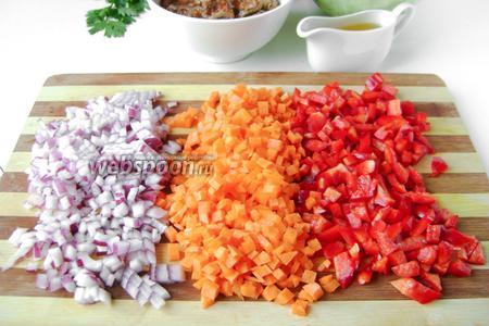 Тем временем, лук и морковь чистим, перец моем, освобождаем от внутренних перегородок и семян. Нарезаем овощи мелкими кубиками.