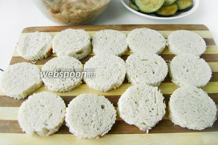Хлеб раскладываем в один слой на доске.